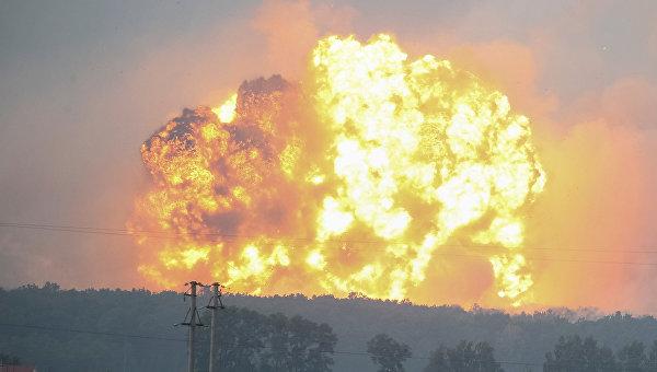 Взрывы и пожар на военных складах на Украине