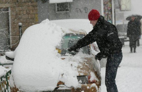Как очистить машину от льда и снега и как правильно завести ее в морозы