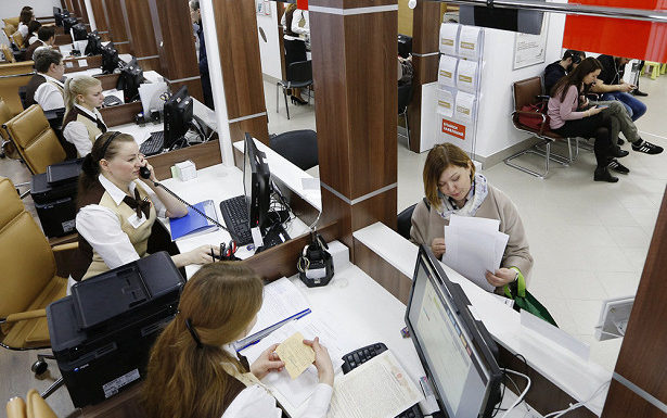 Путин подписал закон, позволяющий оплачивать госуслуги через МФЦ