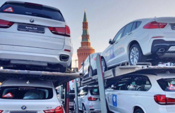 На Красную площадь привезли для олимпийцев 140 новых BMW (фото)