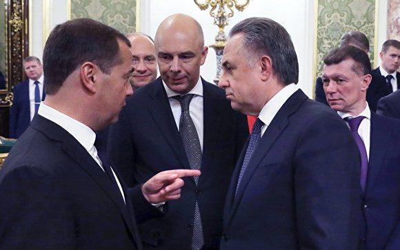 Медведев в Сочи представляет Путину предложения по составу кабинета министров и утверждает новое правительство