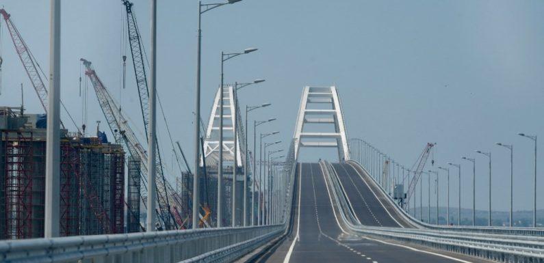 Уже 1 октября по Крымскому мосту пустят фуры