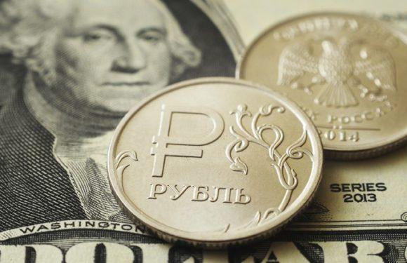 Почему люди забирают деньги с долларовых вкладов в банках?
