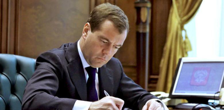 Медведев увеличил размер социальных пенсий с апреля на 2%